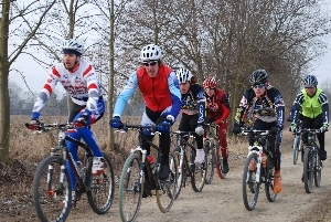 Milan Spěšný se rozhoduje zda poběží nebo pojede na kole  při novoročním závodě VC Eko komíny
